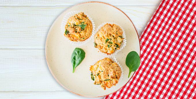 Jambonlu maydanozlu omlet, dereotlu salatalık dilimleri