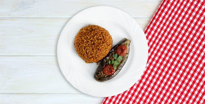 Roka pestolu çam fıstıklı somon, kırmızı lahanalı salata