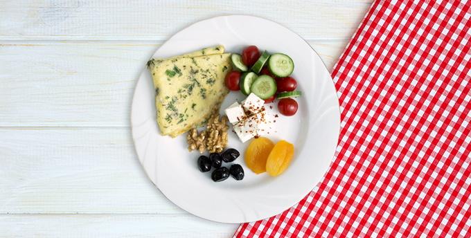 Haşhaş tohumlu peynir topları, çeri domates, kepekli krep