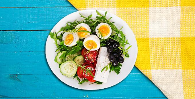 Brokolili balkabaklı ıspanaklı frittata, örgü peyniri, yeşil zeytin ve domates