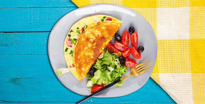 Haşlanmış yumurta, taze baharatlı peynir, roka ve siyah zeytin